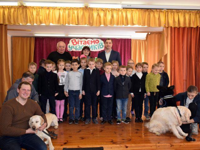 представники КП «Центр поводження з тваринами» разом з чотирилапими улюбленцями завітали у гості до Пісочинського колегіуму.