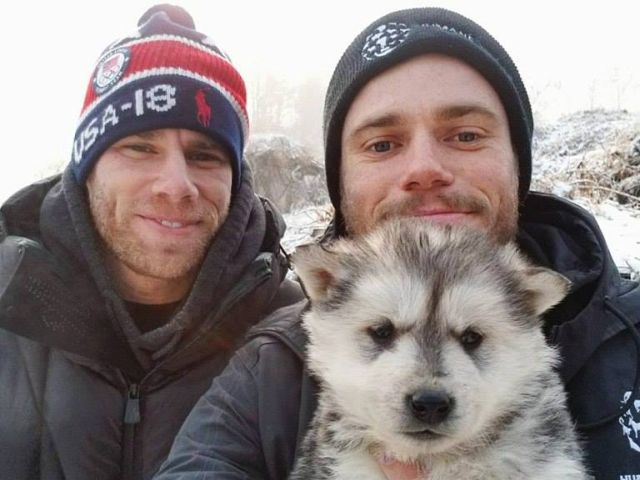 Американский спортсмен Гас Кенуорти прославился еще на прошлой Олимпиаде в Сочи, когда забрал с улицы бездомную собаку со щенками