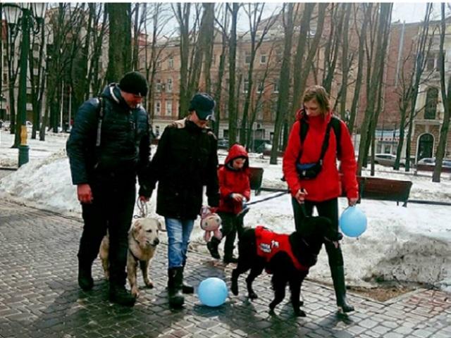 Кинологи Центра обращения с животными вместе с собаками-терапевтами приняли участие во флешмобе, посвященному проблеме аутизма
